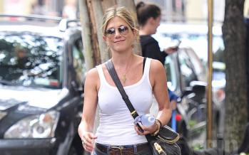 Jennifer Aniston does squats before romantic getaways